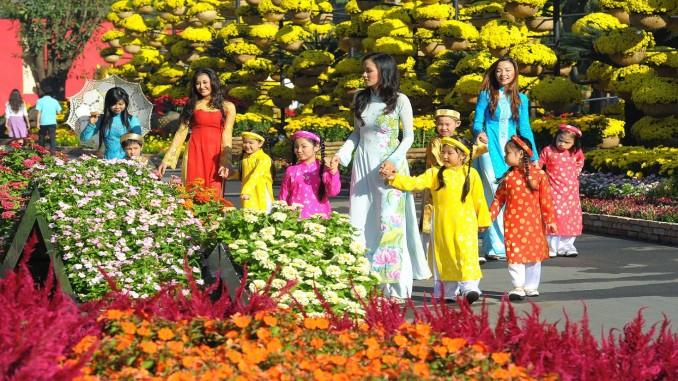Tết cổ truyền ở các nước châu Á luôn là dịp để các thành viên xa gia đình trở về đoàn tụ, sum họp trong sự hòa thuận, yêu thương