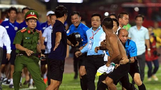 Cổ động viên Nam Định tràn xuống sân hành hung trọng tài.