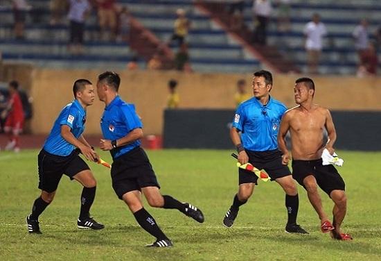 Một cổ động viên quá khích tràn xuống sân trong trận đấu giữa Nam Định.