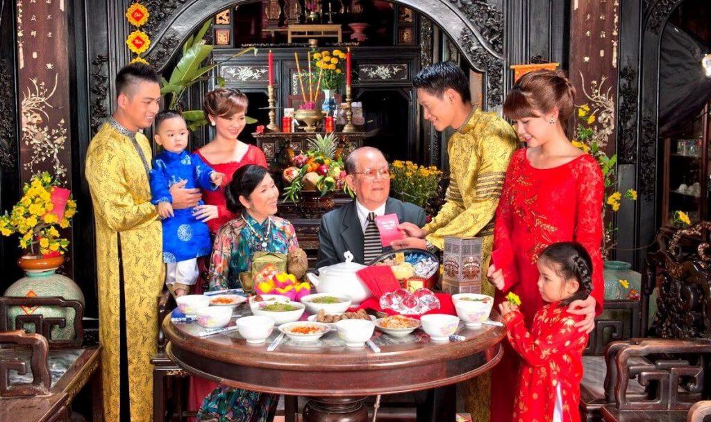 Bữa cơm đoàn tụ gia đình ngày tết